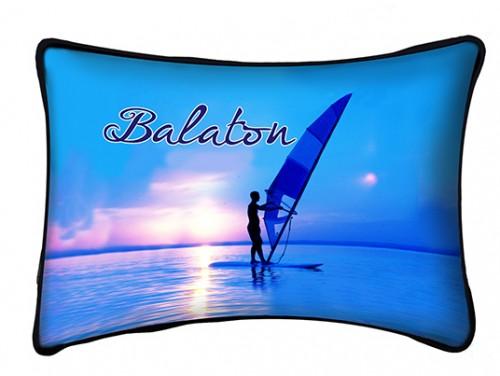 (PB002) Párna 37 cm x 27 cm - Kék szörfös - Balatonos Ajándéktárgyak