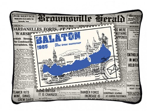 (PB012) Párna 37 cm x 27 cm - Bélyeges újságos - Balatonos Ajándéktárgyak
