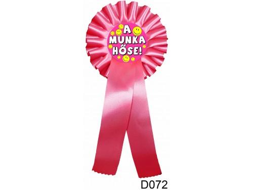 (D072) Díjszalag 11,3 cm x 26 cm - A munka hőse pink – Díjszalag – Szalagos kitűző