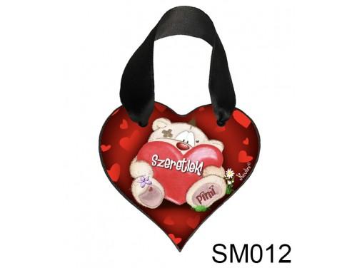 (SM012) Szív akasztóval 9 cm x 9,5 cm - Ülő Pimi maci – Szerelmes Ajándékok