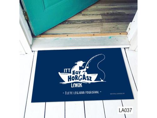 (LA037) Lábtörlő - Itt egy horgász lakik Lábtörlő -  Horgász Ajándék